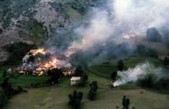 το βοσνιακό χωριό Ljuta καίγεται καθώς βρίσκεται στο ενδιάμεσο μεταξύ βοσνιακού και σερβικού στρατού
