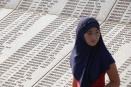 Νεαρή μουσουλμάνα μπροστά από το μνημείο των θυμάτων της Σρεμπρένιτσα.