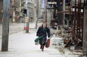 """Μια γυναίκα τρέχει να διασχίσει το """"στενό των σνάιπερ"""" στο Σαράγιεβο, ένα σημείο στο οποίο οι Σέρβοι πυροβολούσαν μεθοδικά κατοίκους από την ταράτσα ενός ξενοδοχείου"""