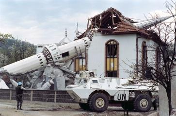 Γάλλοι μπροστά από κατεστραμμένο τζαμί στο Ahinici βόρεια του Σαράγεβο. Το χωρίο καταστράφηκε από τον Κροατικό στρατό κατά την βοσνιακή-Κροατική σύγκρουση