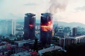 Οι δύο κεντρικοί πύργοι του Σαράγεβο, καίγονται καθώς η μάχη μαίνεται στη πόλη