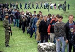 Βόσνιοι που έχουν αιχμαλωτιστεί από σερβοβόσνιους. Κατά τον πόλεμο περίπου 7000 κροάτες και μερικές εκατοντάδες στρατιώτες κατέφυγαν σε σερβικές περιοχές καθώς οι δικές τους ήταν υπό βοσνιακή επίθεση