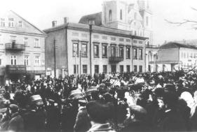 μπροστά από το γραφείο του γενικού εισαγγελέα του Μινσκ το 1905 για την απελευθέρωση πολιτικών κρατουμένων