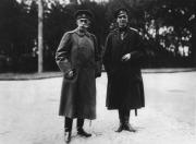 Ο πρίγκιπας Ντμίτρι Πάβλοβιτς Ρομανόφ(δεξιά) και ο δούκας Βλαντιμίρ Μπορίσοβιτς Φρέντερικς κάπου στην Λευκορωσία τον ιούνιο 1912