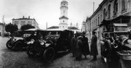 Ο διάδοχος πρίγκιπας Αλεξέι Ρομανόφ στο Μογκιλιόφ μόλις έχει βγει από το αμάξι
