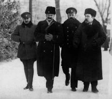 Μέλη της ρωσικής αντιπροσωπίας Λέων Καμένεφ, Βασίλι Αλτφάτερ και Λέων Τρότσκι (από τα δεξιά στα αστιστερά) στο Μπρέστ Λίτοφσκ το φεβρουάριο του 1918
