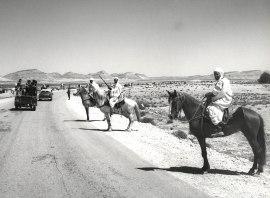 Laguat, Αλγερία, Απρίλιος 1965. παραδοσιακός χαιρετισμός από κατοίκουε του Laguat