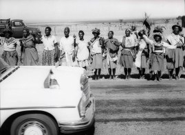Ark, Kenya, Φεβρουάριος 1970. Ντόπιοι στην άκρη του δρόμου για το τοπικό Safari club