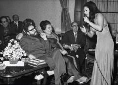 Η σέρβα τραγουδίστρια Olivera Katarina τραγουδά σε συνάντηση του Κάστρο με τον Τίτο.
