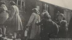 Εβραίοι επιβιβάζονται σε τρένο κάπου στην Μακεδονία