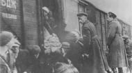 βούλγαρος αξιωματικός επιβλέπει τους εβραίους που μπαίνουν στα τρένα από την περιοχή της Θράκης