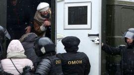 δημοσιογράφοι κατά τη διάρκεια της πορείας κρατήθηκαν σε κλούβες.