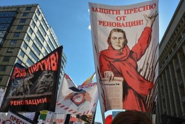 Παλιές σοβιετικές αφίσες γίνονται πανό με συνθήματα ενάντια στις κατεδαφίσεις.