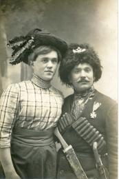 Θεατρίνοι της εποχής. Οι ανδρες που έπαιζαν γυναικείους ρόλους τις περισσότερες φορές δεν περιορίζονταν στο θεατρο αλλα αυτοπροσδιορίζονταν ως γυναίκες και στην καθημερινή τους ζωή.