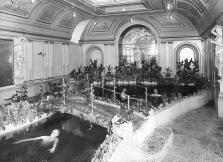 Τα μπάνια της Μοσχας 2. Στα μπάνια επίσης γινόταν και αγοραπωλησία σεξουαλικών υπηρεσιών. Σήμα κατατεθέν ήταν η κόκκινη γραβάτα ή το κόκκινο μαντίλι στην τσέπι