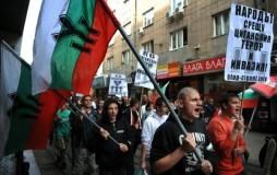 """Από τις πορείες του 2015. Τα πλακάτ γράφουν """"ο Λαός ενάντια στο τσιγγάνικο τρόμο και εισβολή"""
