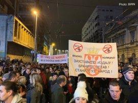 """""""Στρατός! Αστυνομία! Σταματήστε την προδοσία! Υπερασπιστείτε το Σύνταγμα! Ενωθείτε με τον λαό!"""""""