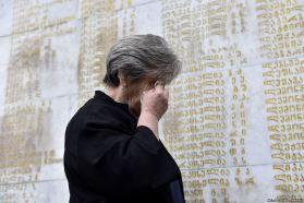 γυναίκα κλαίει μπροστά σε μνημείο των νεκρών του πολέμου μεταξύ Γεωργίας, Αμπχαζίας και Ρωσίας το 1993