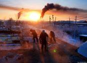 Δημοκρατία των Σάχα, Ρωσία 2018. Το έδαφος εδώ είναι συνέχεια παγωμένο, με αποτέλεσμα τα σπίτια να διαλύονται από τον παγετό. Ειδικοί εργάτες κάθε 5 χρόνια τα κατεδαφίζουν και τα ξαναφτιάχνουν