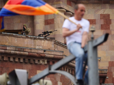 Sniper επιβλέπει μια από τις πολλές αντικυβερνητικές διαδηλώσεις στην Αρμενία του 2018