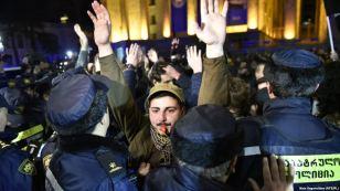 Φοιτητές και εργάτες ενωμένοι σε πορεία στην Τιφλίδα της Γεωργίας, ενάντια στον νέο εργασιακό κώδικα.