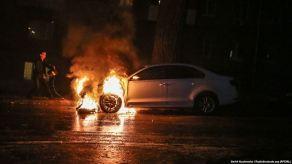 Αμάξι της ρωσικής πρεσβείας στο Κίεβο, τυλιγμένο στις φλόγες ύστερα από επίθεση ουκρανών εθνικιστών